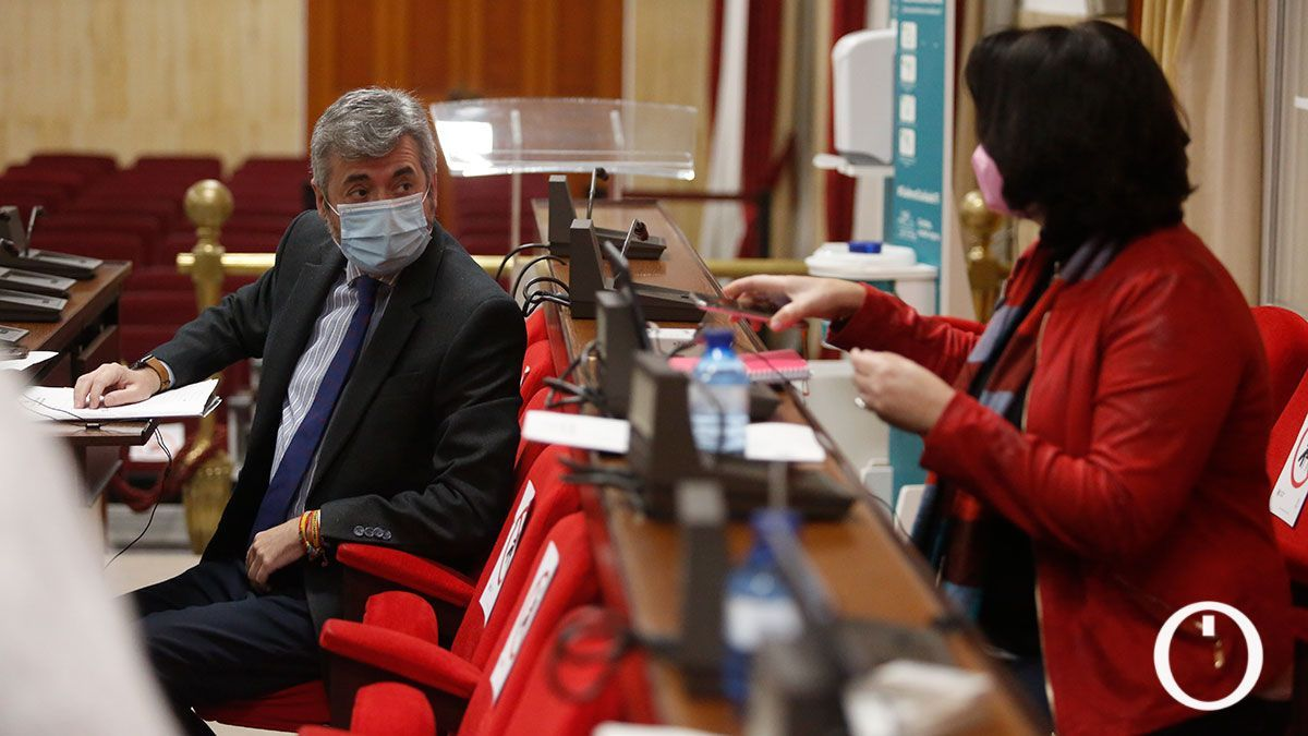 Torrico habla con Timoteo en el Pleno del Ayuntamiento de Córdoba.