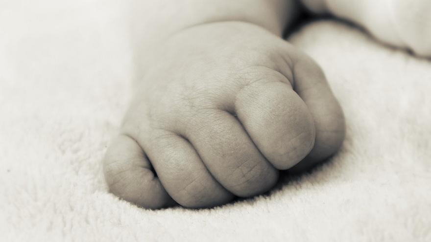Mano de recién nacido.