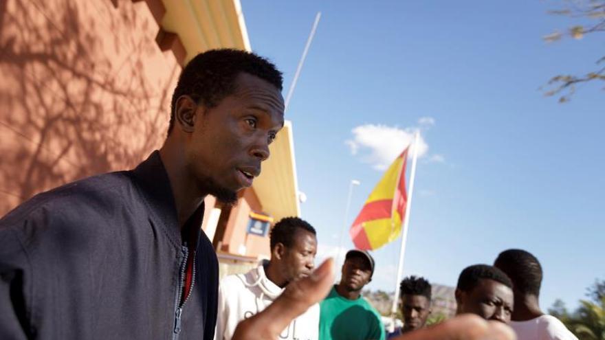 Mohamed Kargbo, de Sierra Leona (i), uno de las 57 personas inmigrantes alojadas en el Centro de Internamiento Temporal de Extranjeros CITE situado en la Comisaría de Policía Nacional de Las Américas, habla con la Agencia Efe y solicitan una oportunidad para viajar a la península o a otros países europeos donde tienen familiares que los podrían acoger.