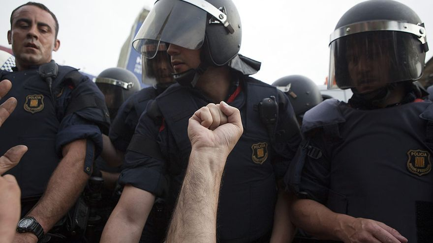 Arasa (i) durante el desalojo del 15-M de plaza Catalunya en 2011