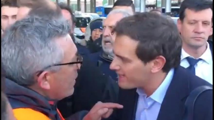 Albert Rivera discute con uno de los taxistas en huelga