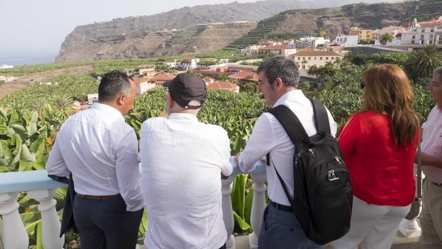 Un momento de la primera visita oficial a Tazacorte del presidente del Gobierno de Canarias, Fernando Clavijo, este viernes.