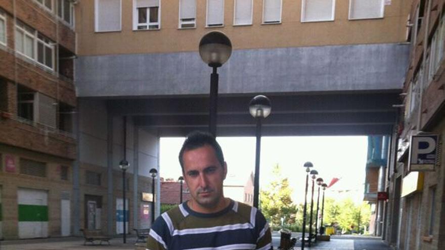 Alessandro Neaoge, rumano de 26 años, trabaja como jardinero y vive con sus padres