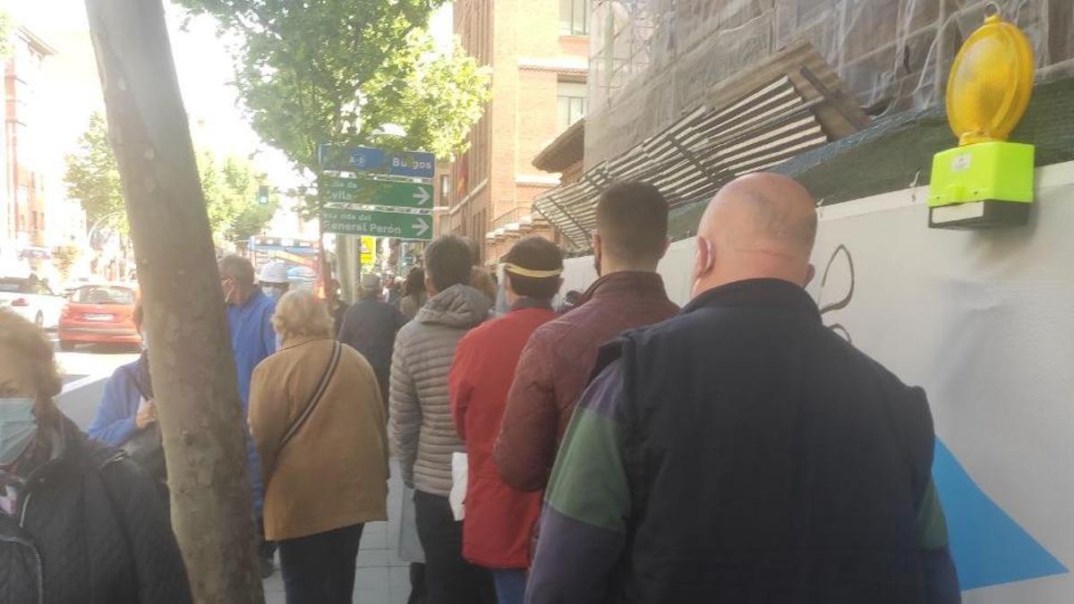 La cola del Jaime Vera torcía en el cruce por la calle de Teruel