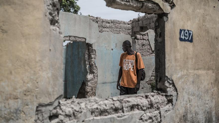 Theodore Yanevdui frente a su vivienda totalmente destruida en el barrio de Yambasse, donde antes convivían cristianos y musulmanes. En marzo de 2013, el barrio fue arrasado por las milicias Anti-Balaka en respuesta a las matanzas y saqueos realizados por la milicia Seleka/ Pablo Tosco - Oxfam Intermón