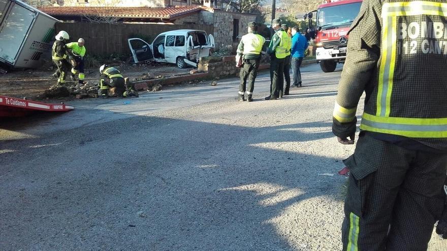 Heridos graves dos conductores al chocar un camión y una furgoneta en Cabezón de la Sal