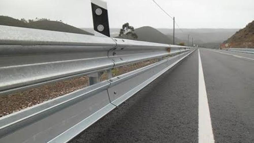 Archivo - Barreras de seguridad y protectoras para motoristas