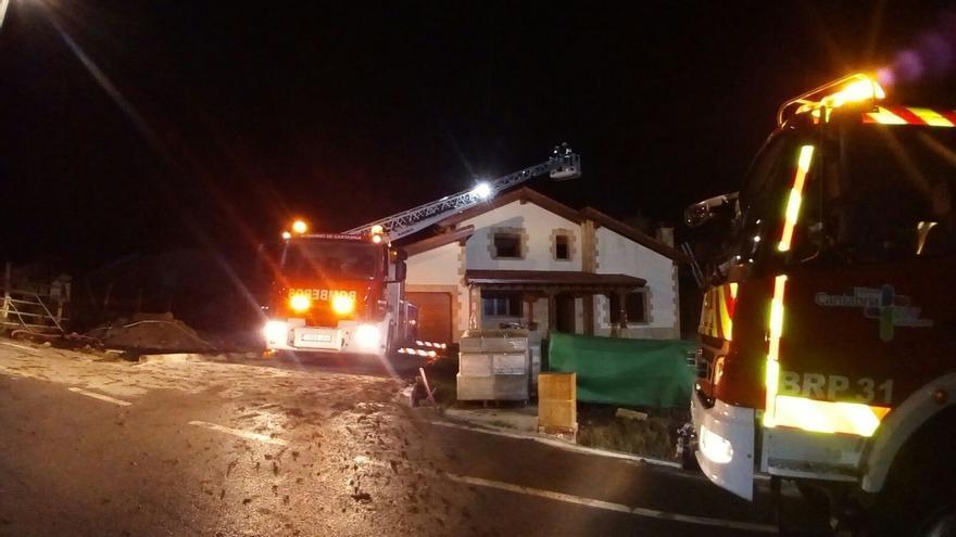 Se incendia una vivienda unifamiliar de nueva construcción en Requejo