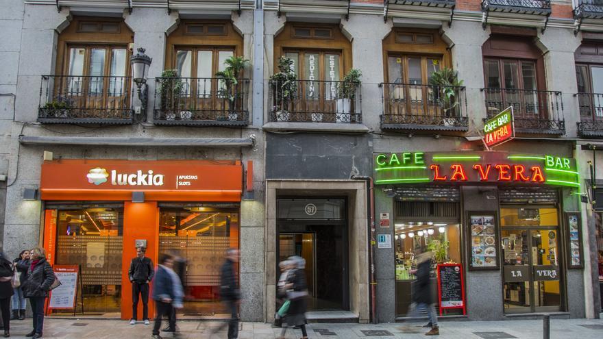 Un salón de apuestas del grupo Luckia en la calle Atocha de Madrid.