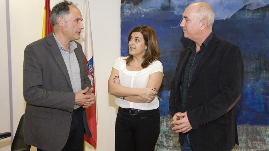 A la izquierda, el alcalde de Soba, Julián Fontecilla, junto a la consejera de Sanidad, María José Sáenz de Buruaga,