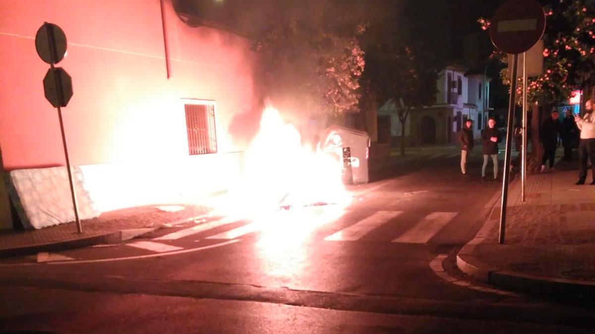 Contenedor ardiendo en una imagen de archivo.