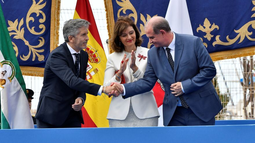 El ministro Grande-Marlaska saluda al director de la Policía en presencia de la secretaria de Estado de Seguridad, Ana Botella