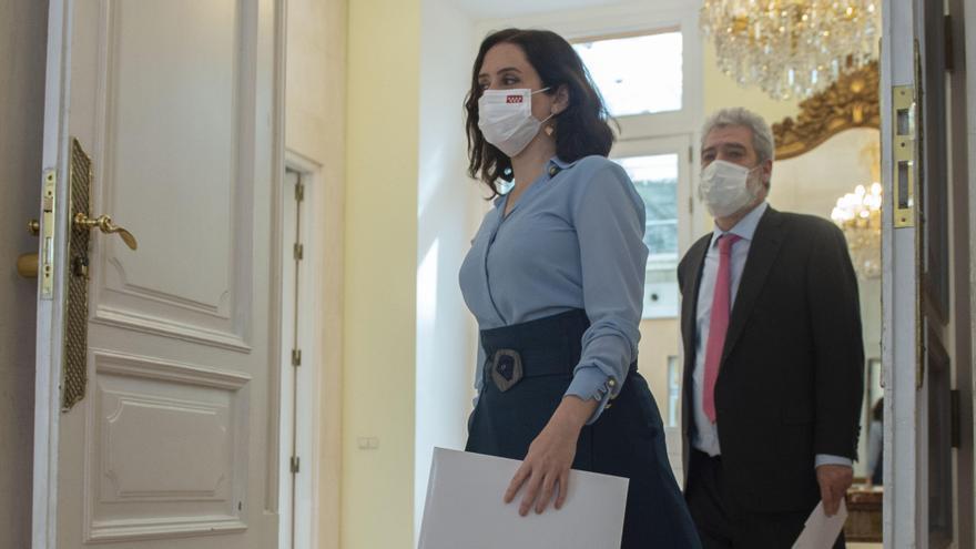 La presidenta de la Comunidad de Madrid, Isabel Díaz Ayuso, a su llegada acompañada por su Jefe de Gabinete de Comunicación, Miguel Ángel Rodríguez
