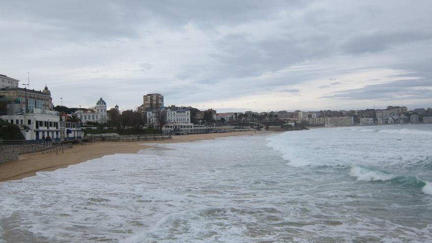 La nieve mantiene cerrado el puerto de Lunada y las olas superan los cuatro metros en Santander
