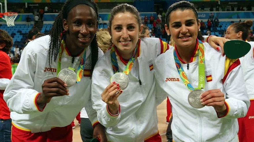 De izquierda a derecha, Las jugadoras españolas Astou Ndour, Leonor Rodríguez y Leticia Romero posan con la medalla de plata obtenida tras el partido por la final del torneo de baloncesto femenino de los Juegos Olímpicos Río 2016 que disputaron ante Estados Unidos en el Arena Carioca 1 del Parque Olímpico de Río de Janeiro (Brasil). EFE / Elvira Urquijo A.