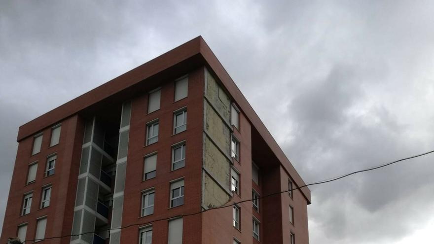 El viento provoca el derrumbe de parte de la fachada de un edificio en Barakaldo que alberga en sus bajos una guardería