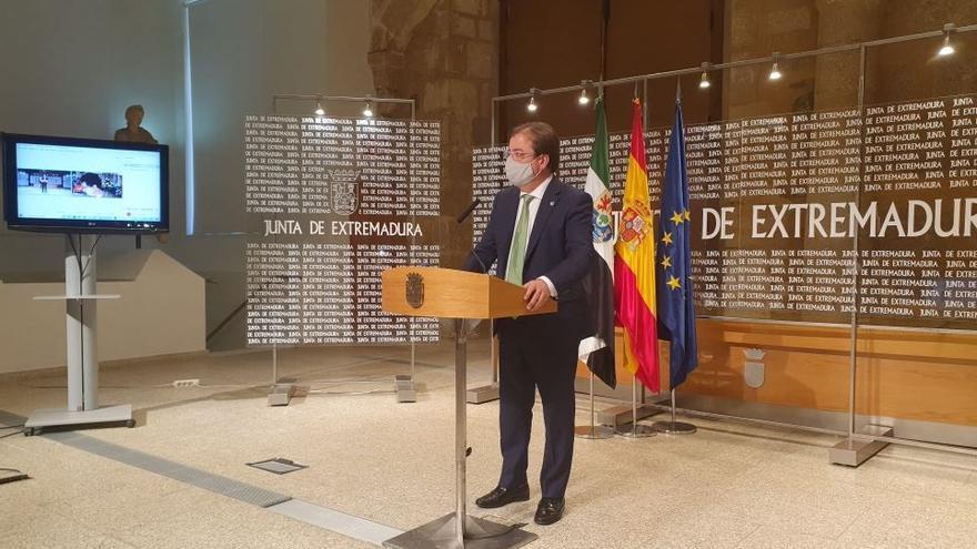 El presidente de la Junta de Extremadura, Guillermo Fernández Vara, ofrece una rueda de prensa en Mérida tras participar en la Conferencia de Presidentes en Salamanca