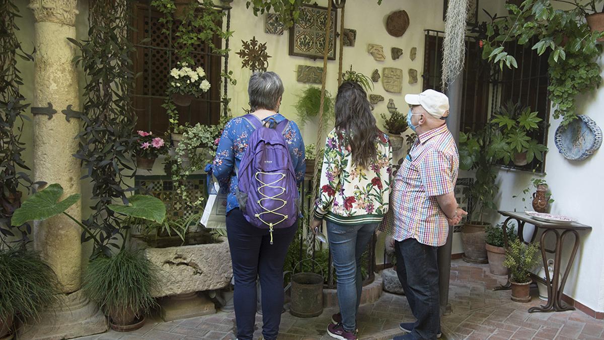 Una pareja de turistas y su hija disfruta de los Patios de Córdoba