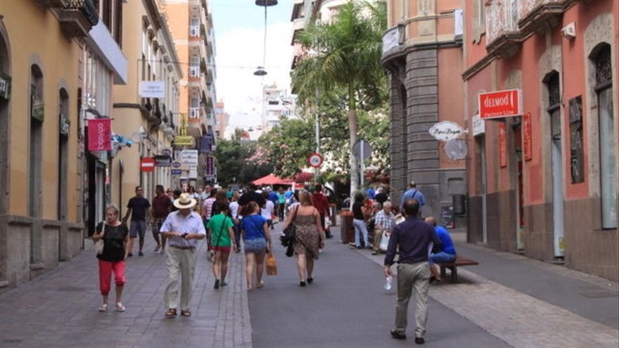 Gente paseando por la calle del Castillo, en Santa Cruz de Tenerife