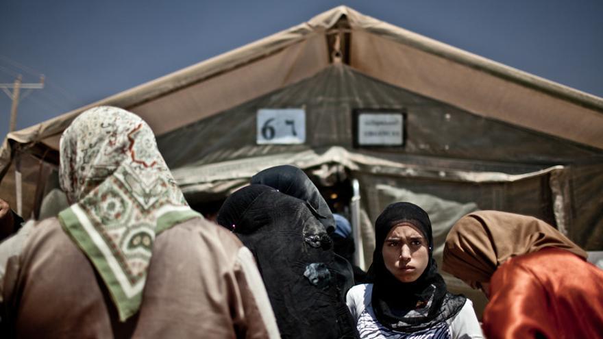Hospital de campaña que el ejercito marroquí ha levantado en el campo de refugiados sirios de Za'atari (Jordania). Allí nacen cada día entre 8 y diez bebés, según señalan las cifras de varias ONG que operan en terreno. La carencia de leche, frutas y verduras, una dieta desequilibrada, así como el intenso calor y el constante polvo son algunas de las dificultades que deben enfrentar las mujeres que han sido madres en el asentamiento y sus hijos./Pablo Tosco/Oxfam Intermón