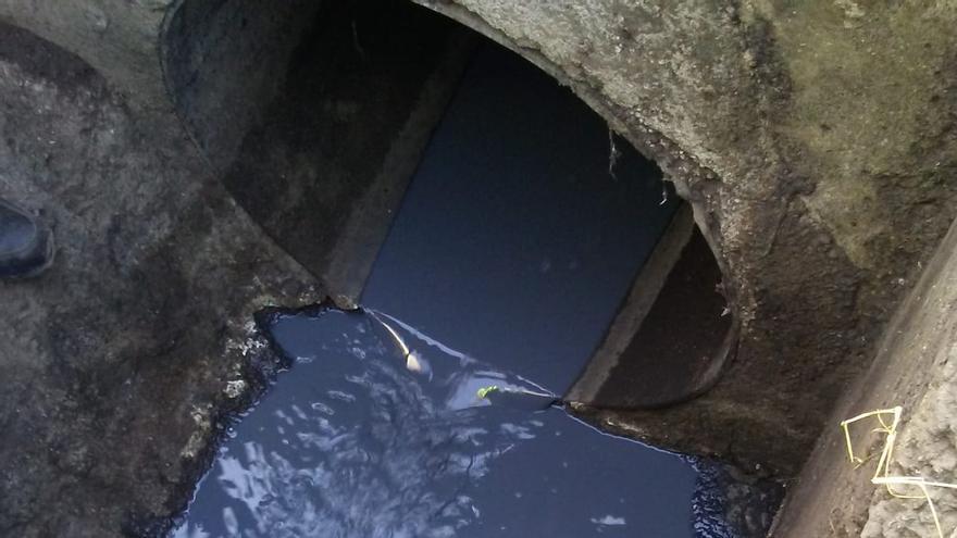 Vertido de pintura encontrado en la red de saneamiento del polígono La Campana, en Tenerife