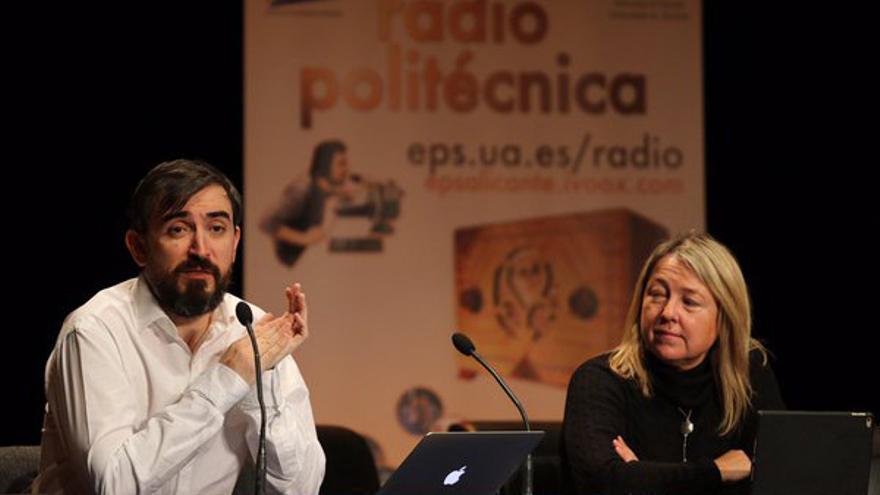 Ignacio Escolar junto a Mar Iglesias durante su conferencia en la Universidad de Alicante