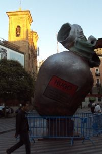 Escultura publicitaria instalada en mitad de la plaza