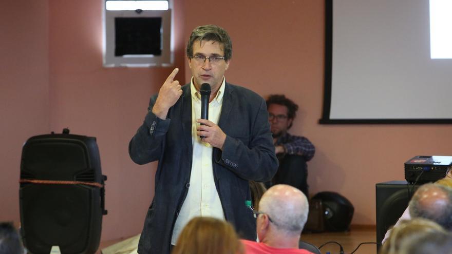 Javier Doreste en la asamblea de Podemos Las Palmas de Gran Canaria celebrada en Tres Palmas tras las elecciones del 26J