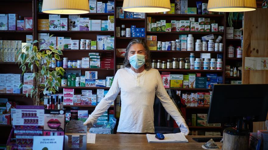 Una farmacéutica en su establecimiento