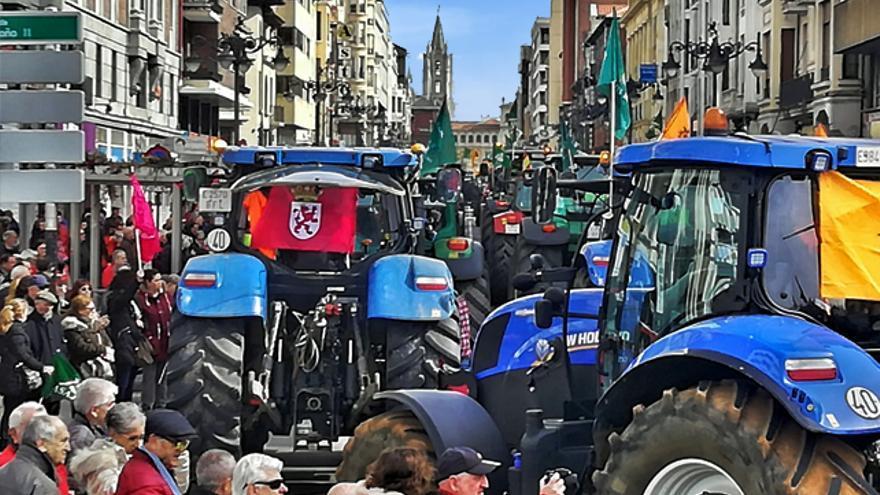 Varios tractores toman León ante la mirada de los vecinos.