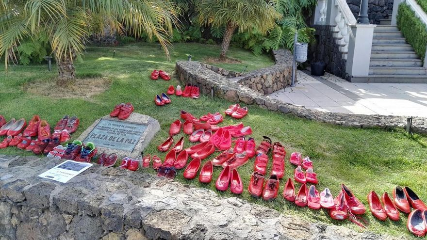 'Zapatos rojos' colocados este martes en la Plaza de La Paz de Tijarafe.