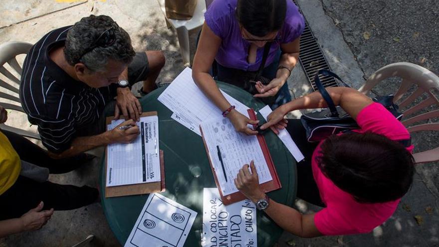 El Poder Electoral venezolano empieza a contar el formato de firmas para el revocatorio