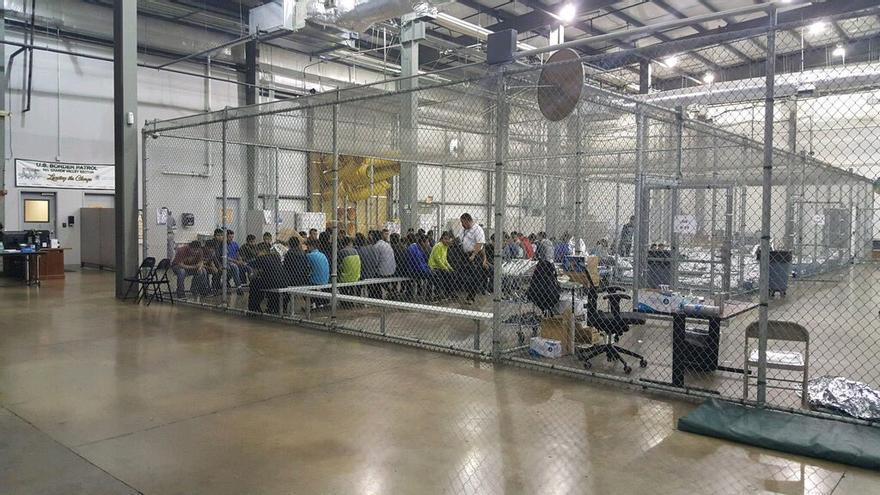 Jaulas de un centro de internamiento de extranjeros en Texas para encerrar a adultos y niños.