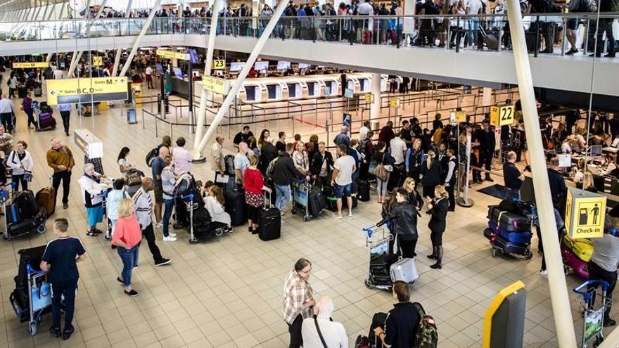 Desalojado el aeropuerto de Schiphol tras disparar la Policía a un individuo