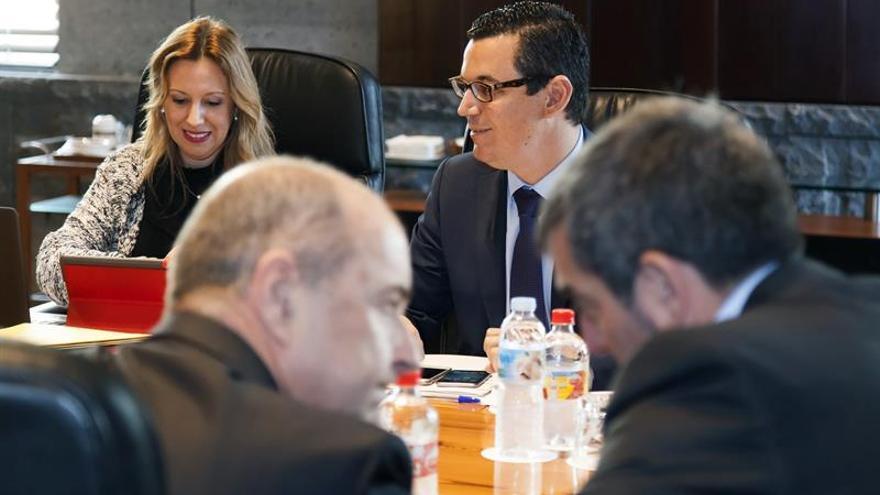 La consejera de Hacienda y el vicepresidente del Gobierno de Canarias, Rosa Dávila (i) y Pedro Rodríguez Valido (d) en el Consejo de Gobierno de Canarias. EFE/Ramón de la Rocha