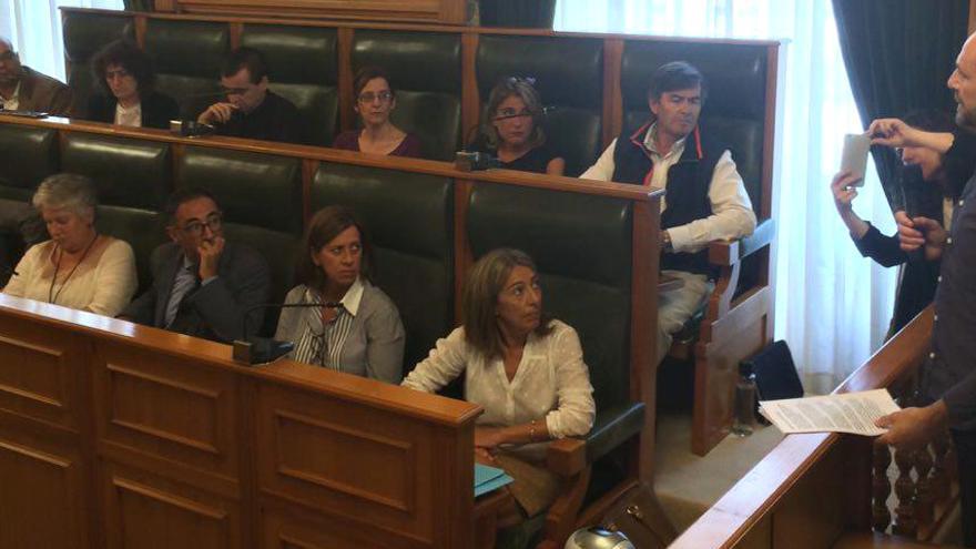 El representante de las víctimas, interviniendo en el pleno municipal de Santiago