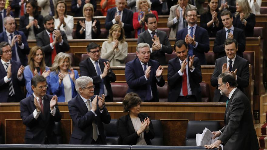 La bancada popular aplaude a Mariano Rajoy.