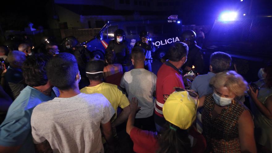La Policía se abre paso entre los vecinos de Tunte y consigue alojar a los migrantes en el centro previsto