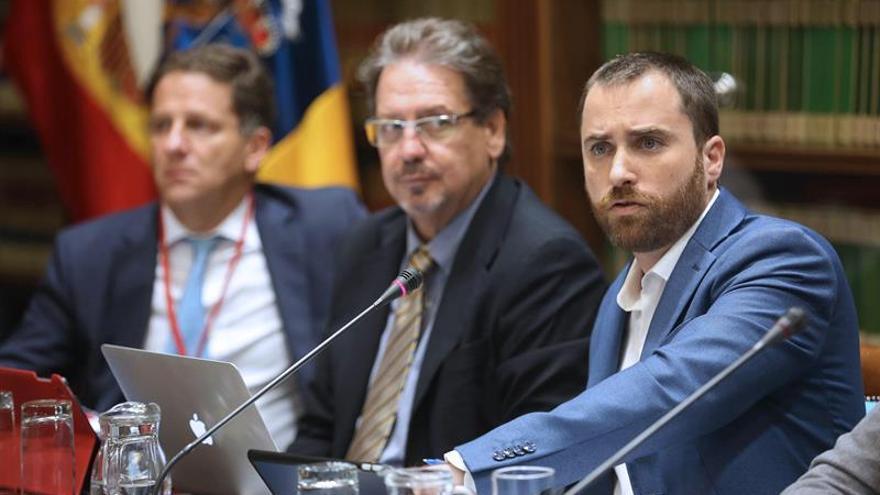 El consejero de Turismo, Cultura y Deportes del Gobierno de Canarias, Isaac Castellano (d), comparece en comisión parlamentaria para explicar los presupuestos de su departamento para el año 2019. EFE/Cristóbal García