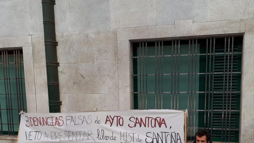 Antonio Ayllón, durante su protesta frente al Gobierno de Cantabria. | TWITTER