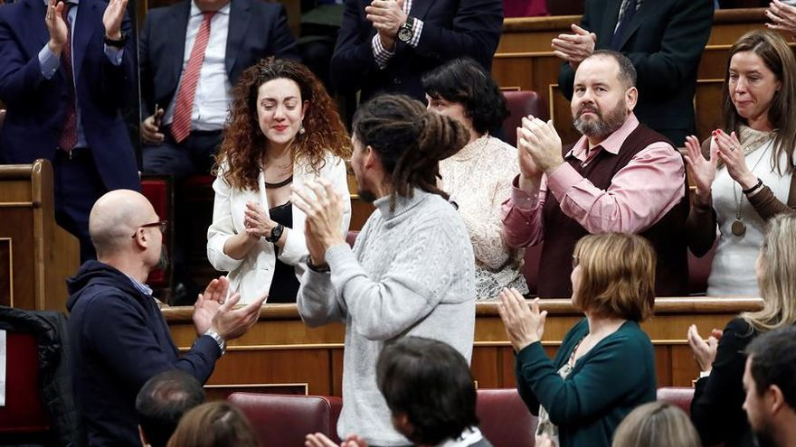 La diputada de En Comú Podem Aina Vidal, aplaudida por sus compañeros después de que Pablo iglesias agradeciera en su intervención en el Congreso su asistencia a pesar de la grave enfermedad que padece
