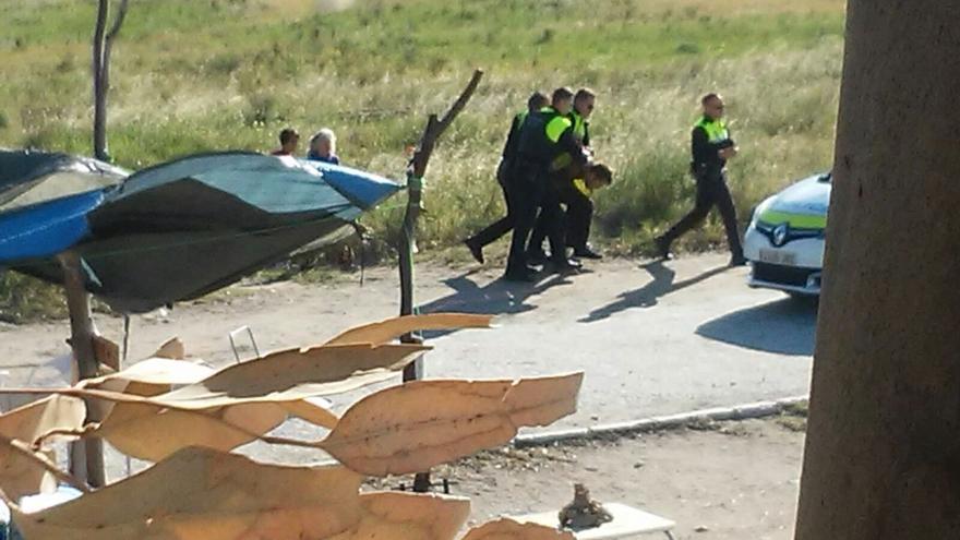 Imagen del momento de la detención de uno de los activistas