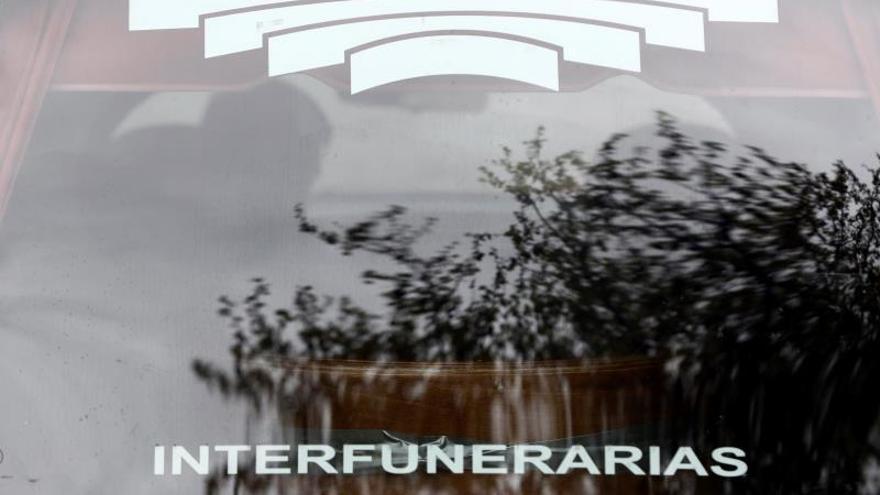 Detalle del logotipo de Interfunerarias en un coche fúnebre.