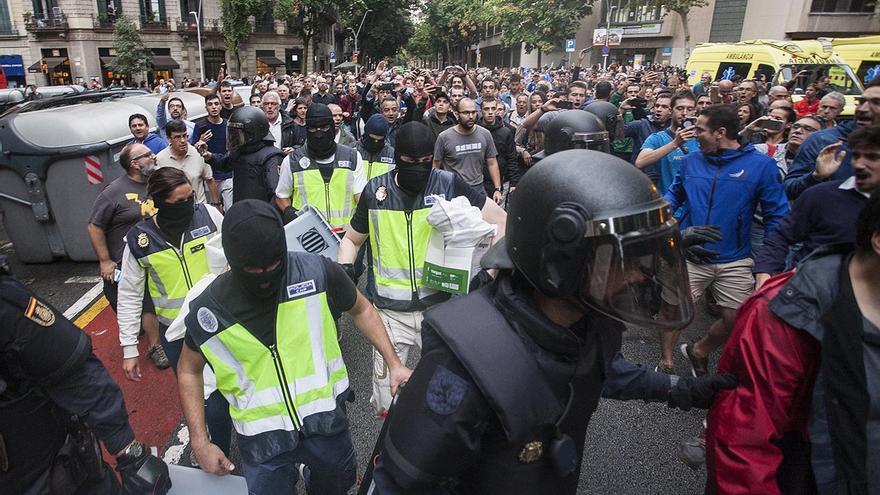 Policía Nacional requisa urnas durante el desalojo de la escuela Ramon Llull en Barcelona / ROBERT BONET