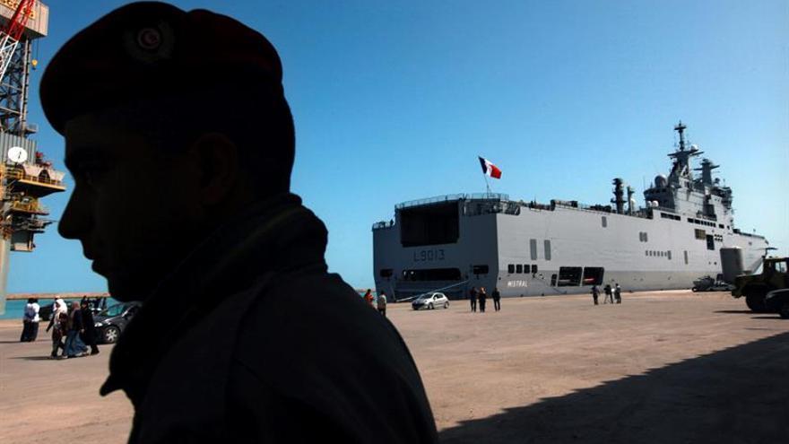 Un petrolero con 40 migrantes bloqueado desde hace una semana en Túnez