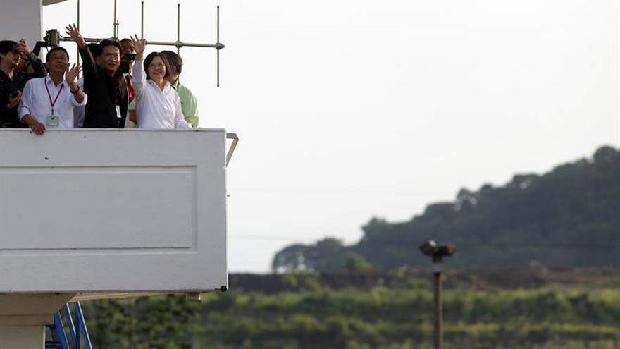 Un buque chino inicia el tránsito inaugural de ampliación del Canal de Panamá