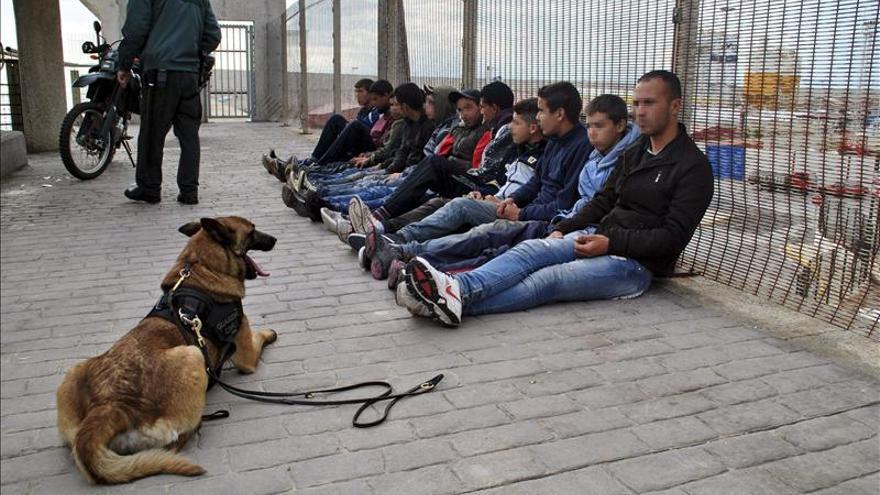 La Guardia Civil custodia a varios inmigrantes sin documentación. /EFE
