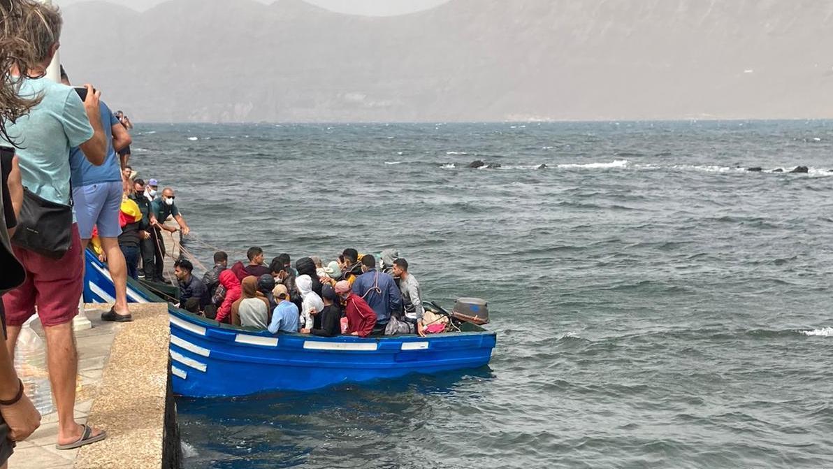 Llega por sus propios medios una patera al muelle de Famara, en Lanzarote