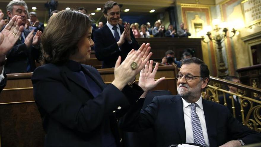 Mariano Rajoy recibe el aplauso de su grupo parlamentario su discurso durante el debate de investidura de Pedro Sánchez.