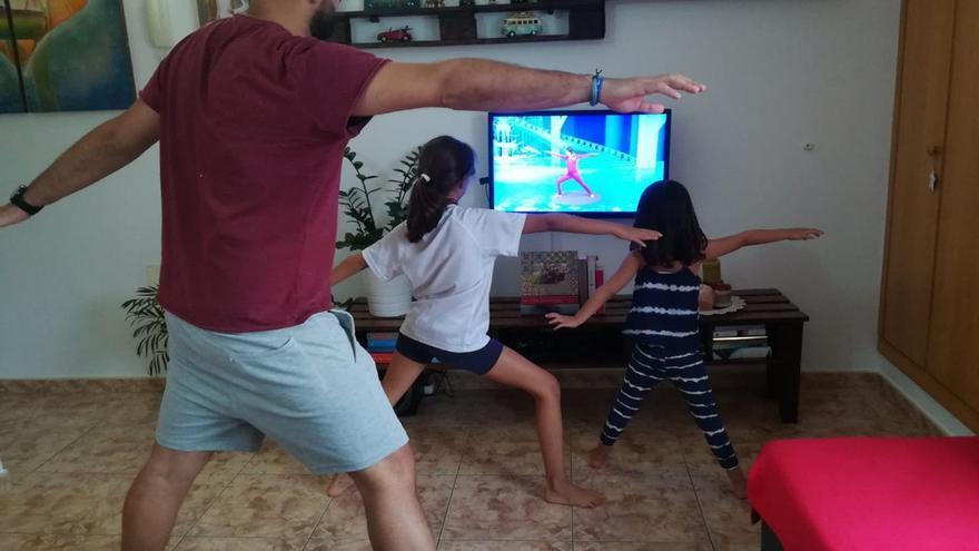 La pareja de Iris juega con las niñas.